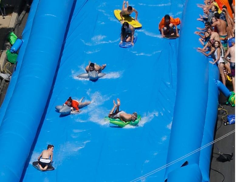 Un immense toboggan gonflable en plein c ur de san - Toboggan pour piscine hors sol intex ...