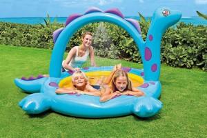 Emmenez-les dans la préhistoire avec cette originale piscinette gonflable!