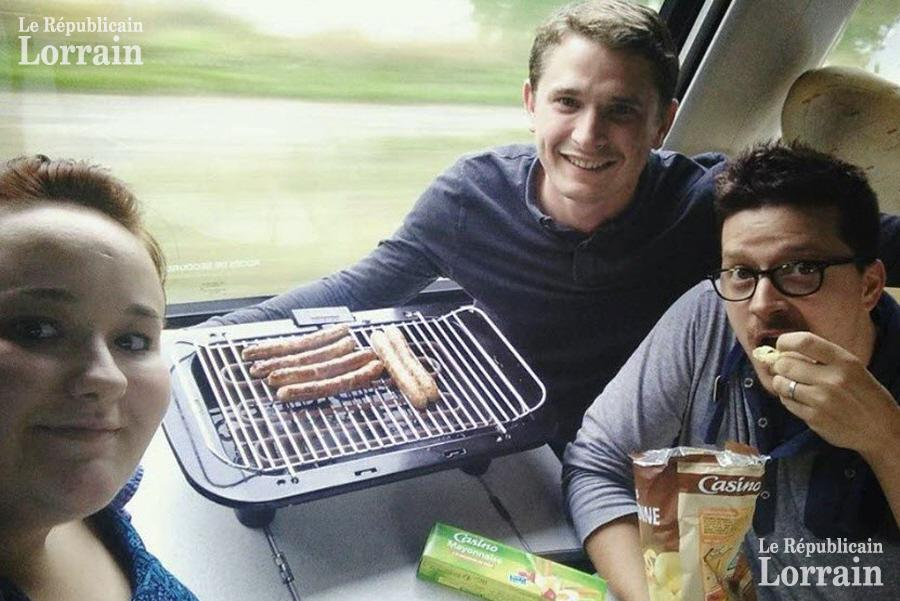 Trois amis organisent un barbecue dans un train !