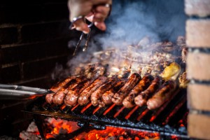 barbecue-bois-charbon-saucisse