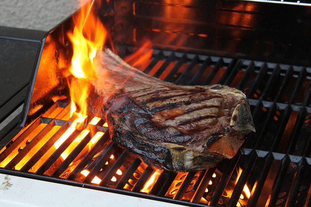 cote-boeuf-barbecue-flamme