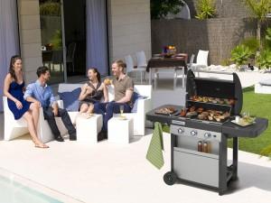 Barbecue à gaz Campingaz idéal dans un grand jardin