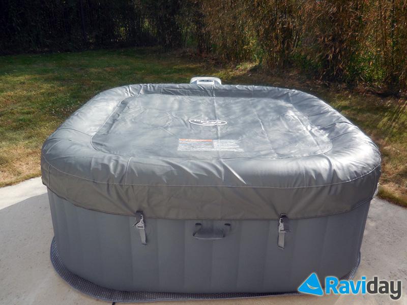 Le spa est livré avec une couverture gonflable