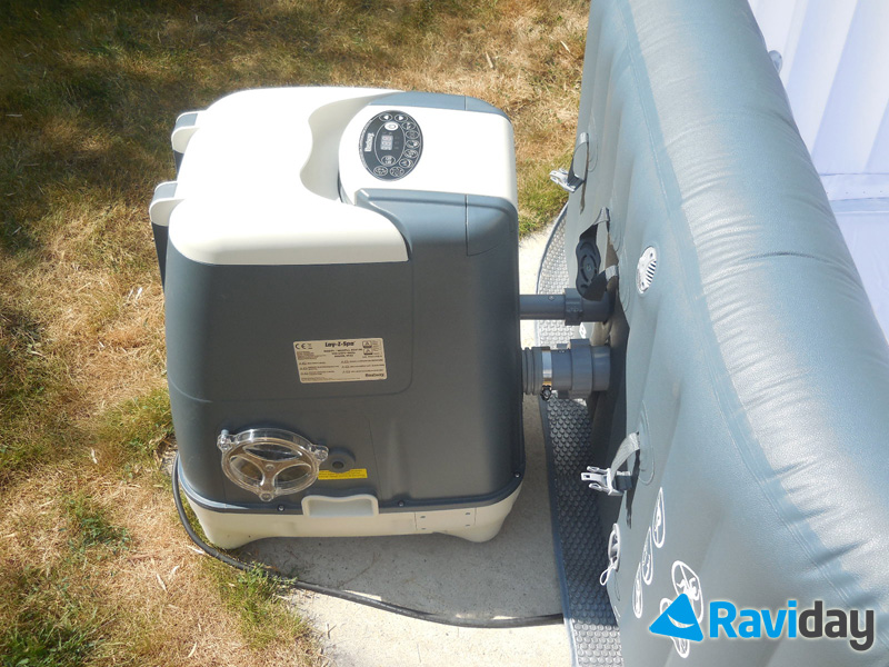 Une fois la cuve gonflée, vous devez visser les 3 tuyaux pour relier le moteur à la cuve