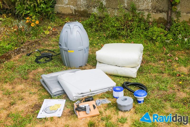 Bestway offre le même niveau d'équipement sur tous ses spas : tapis de sol, couverture, 2 filtres, 1 diffuseur