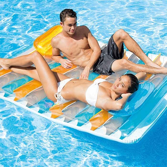 matelas-piscine-couple-tete-tete