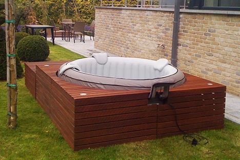 10 id es d 39 habillage pour votre spa gonflable - Habillage tour de piscine ...