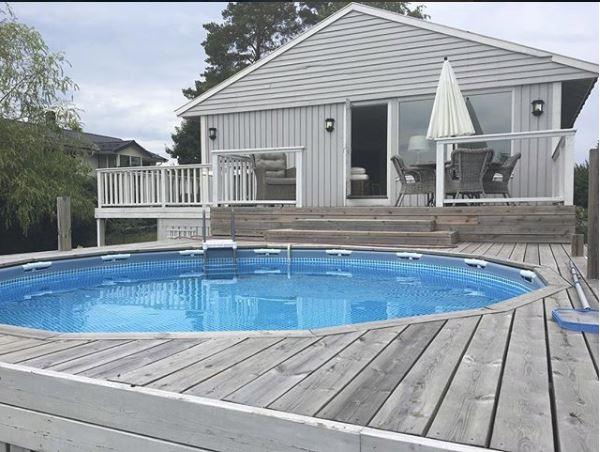 Terrasse en bois autour d'une piscine Intex - © @michelle_i88 sur Instagram