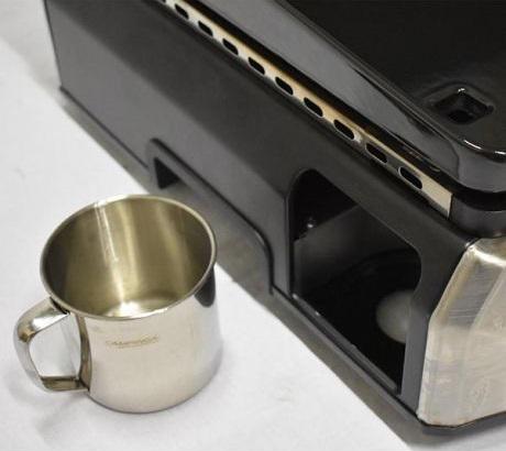 Le récupérateur de graisses est situé sur le côté pour éviter les éclaboussures. Il est facilement amovible.
