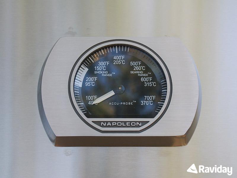 Thermomètre intégré au couvercle du Napoleon Rogue 525 RSE