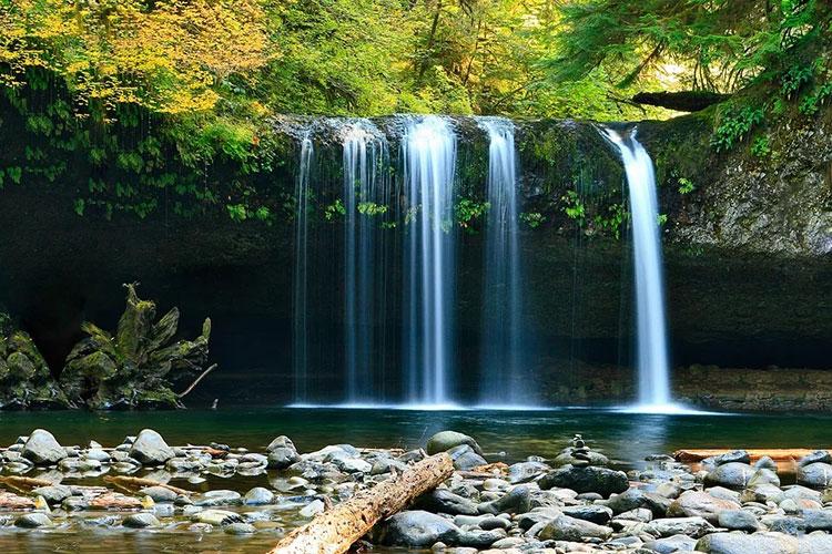 Bruit apaisant d'une cascade naturelle